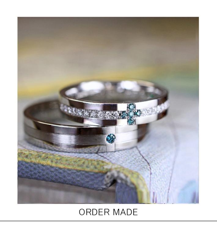 クロス イン ブルー・ブルーダイヤモンドでつくられた クロスモチーフのオーダー結婚指輪のサムネイル