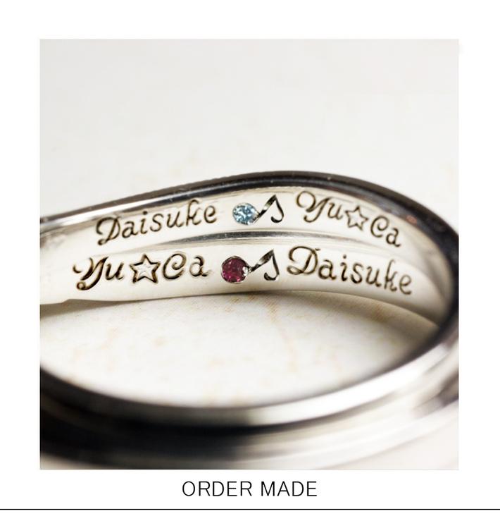 英語筆記体の名前と音符の誕生石を結婚指輪の内側に刻印したリングのサムネイル