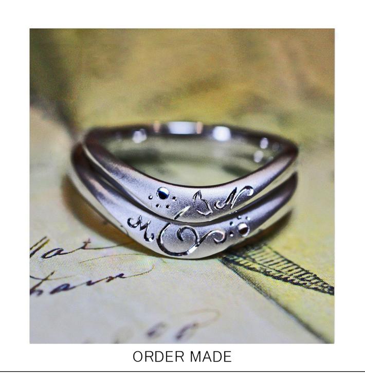 ネコの招待状・2本重ねてネコのシルエットをつくる結婚指輪のサムネイル
