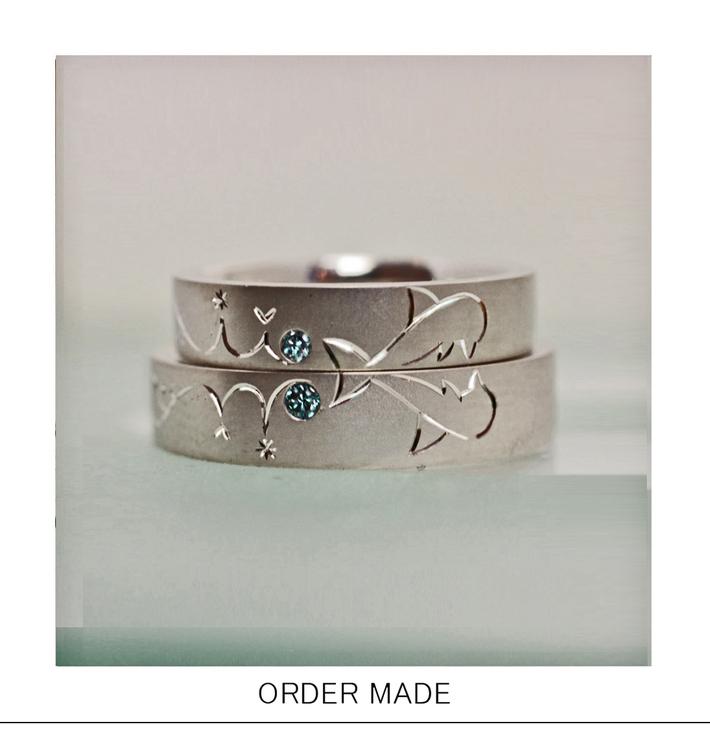 2本の結婚指輪をかさねてイルカがキスするオーダーリングのサムネイル