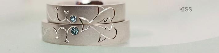 2本の結婚指輪をかさねてイルカがキスするオーダーリング