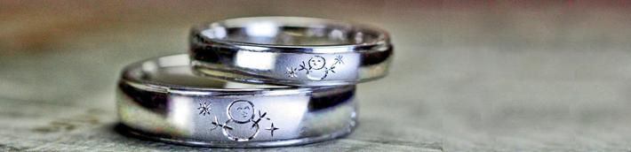 ふたりの雪だるまが向かい合ってほほ笑んでいるオーダー結婚指輪・千葉 柏のカップル