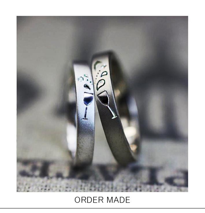 結婚指輪にワイングラスで乾杯をする模様を入れたオーダーメイドリングのサムネイル