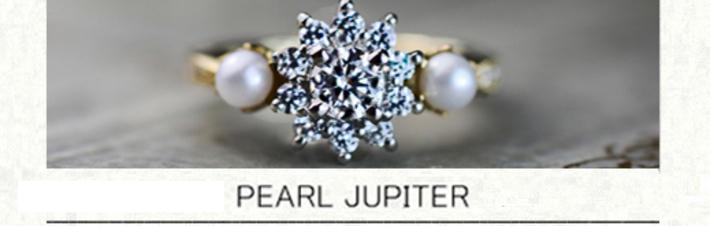 輝くダイヤモンドの星の周りを2つの真珠が寄り添うオーダー婚約指輪の画像